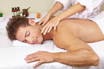 Mann bekommt Thai Rückenmassage im Spa