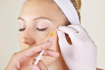 Frau in Schönheitsklinik bekommt Faltenbehandlung