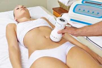 Frau bekommt Elektromassage am Bauch