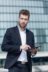 cooler Geschäftsmann mit tablet pc