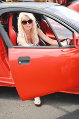 Sexy femme conduisait la voiture