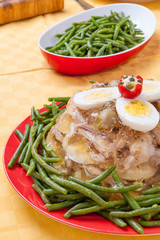 Aspic di pollo contornato da fagiolini verdi
