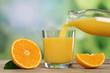 canvas print picture - Orangensaft eingießen in ein Glas