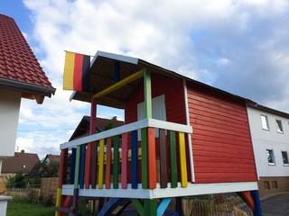 Buntes Holzhaus im Garten