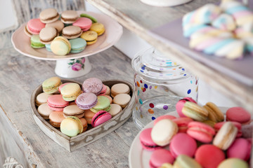 Coloured arrangement of macaroons and marshmallows