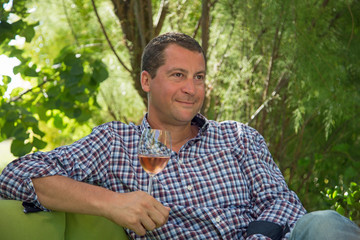 Apéritif - Homme dégustant un verre de rosé