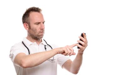 Arzt oder Krankenpfleger schaut irritiert aufs Telefon