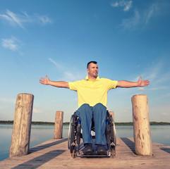 Rollstuhlfahrer genießt den Sommer