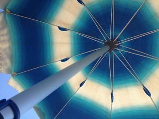 ombrellone azzurro con sfumature