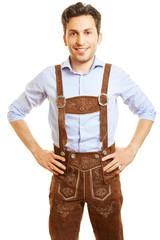 Lächelnder Mann in einer Lederhose