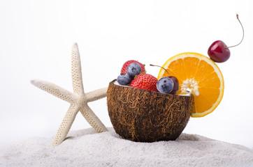 spiaggia con frutta e stella marina