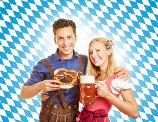 Paar mit Bier zum Oktoberfest