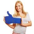 Frau hält Social Media Daumen hoch