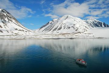 Tenderboot im Wasser