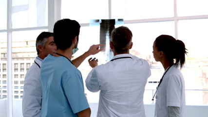 Team of doctors analysing an xray together
