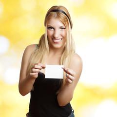 blondes Mädchen mit leerer Karte