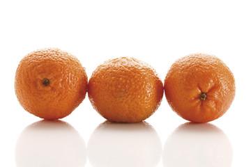 Frische Mandarinen in einer Reihe