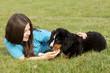 Jugendliche mit Berner Sennenhund Welpe