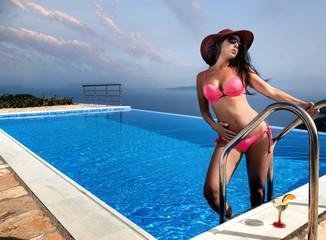 Attraktive Frau im Bikini entspannt im Infinitypool
