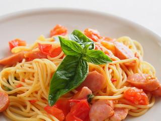 トマトとウインナーのパスタ