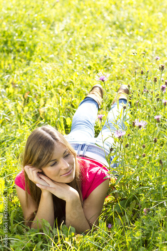 canvas print picture Junge Frau entspannt in der Natur