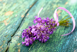Duftender Lavendelstrauß auf altem Holz