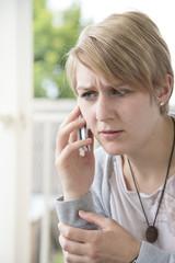 Mädchen bei einem Telefonat