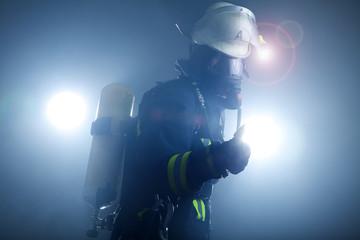 Feuerwehr Frau mit Atemschutz Maske und Sauerstoffflasche