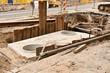Ein Fertigteil aus Beton für die Kanalisation wurde montiert