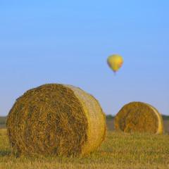 Strohballen und Heißluftballon