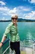 Seniorin auf Schiff Rundfahrt
