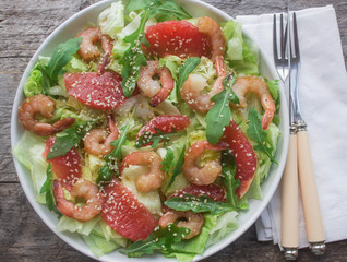 Shrimp salad with grapefruit and rucola