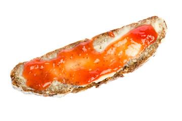 Brot mit Butter und Erdbeermarmelade auf weißem Hintergrund