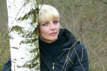 Portrait женжины on walk in the wood