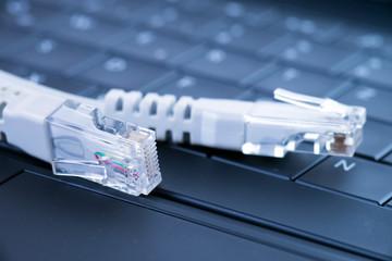 Computertastatur mit Netzwerkkabel