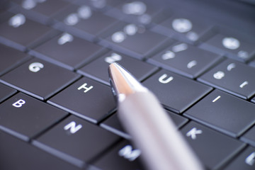 Computertastatur mit Kugelschreiber