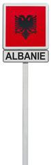 drapeau de l'Albanie sur panneau de signalisation