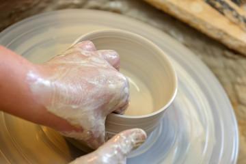 Hände töpfern eine Schale