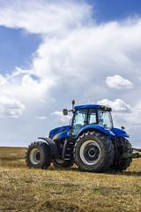 Trattore nel campo di grano