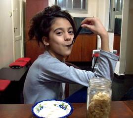 Nena comiendo cereales con leche