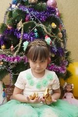 Девочка держит в руках рождественских зайцев
