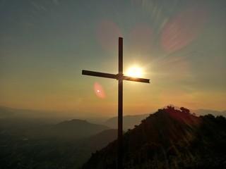 Croce controluce al tramonto