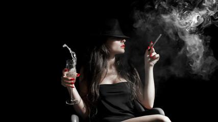 ragazza con cappello, sigaro e unghie rosse