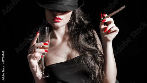 Leinwanddruck Bild ragazza con cappello, sigaro e unghie rosse