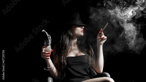 ragazza con cappello, sigaro e unghie rosse - 67720758