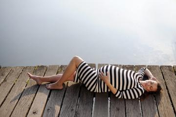 schwangere Frau liegend