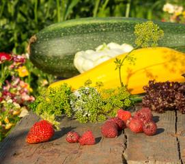 Kompozycja z warzyw i owoców z domowego ogrodu