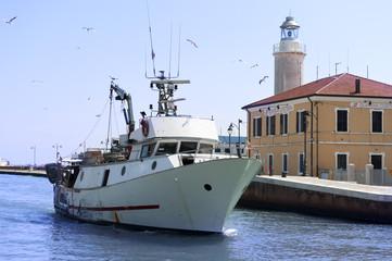 Peschereccio e Guardia Costiera
