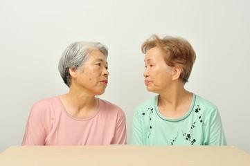 笑顔で仲良く並んでいるシニアのアジア人女性