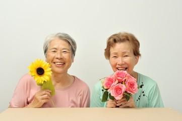 お花を持っているシニアの日本人女性
